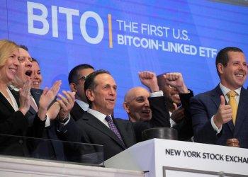 散戶追捧「比特幣期貨 ETF」!BITO 掛牌首日交易額衝 10 億美元